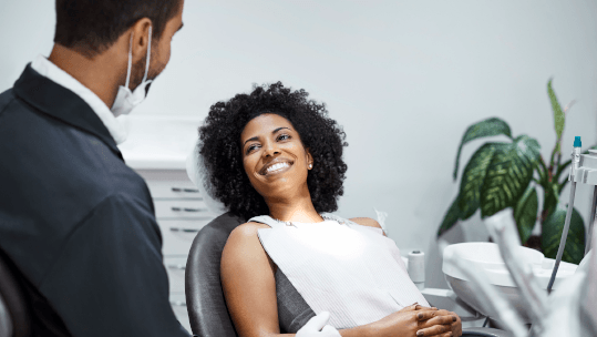 dentist-discussing-with-woman-in-clinic